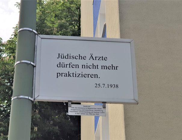 אנדרטת השלטים ברובע הבווארי- טיול יהודי פרטי - הטיולים של נדב