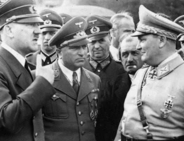Bundesarchiv_Bild_101III-Reprich-012-08,_Wolfschanze,_Hitler,_Ley,_Porsche_und_Göring