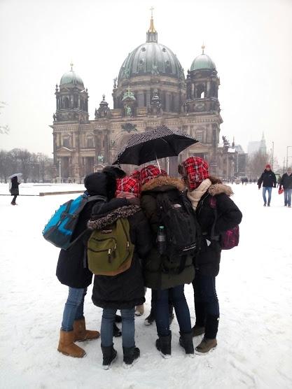 מטיילים של הטיולים של נדב בשלג בברלין