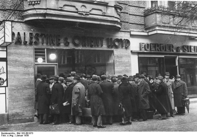 """יהודים ברלינאים עומדים בפני """"משרד פלסטינה"""" לקבלת אשרות הגירה, ינואר 1939"""
