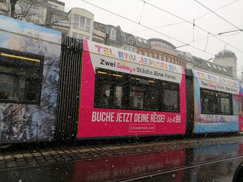 חשמלית ברלינאית עם פרסומת לתיירות בירושלים