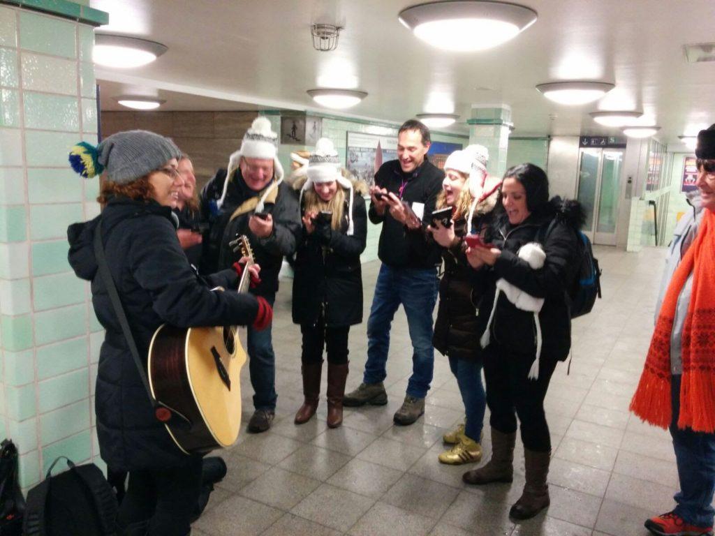 המוזיקאית ליז ברק מופיעה במסגרת טיול פרטי מיוחד שלנו - הטיולים של נדבב בברלין