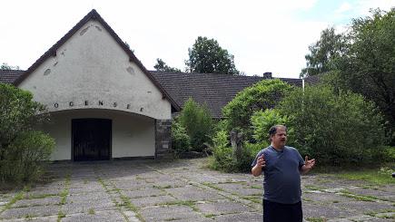 נדב המדריך מדריך בברלין בווילה הנטושה של שר התעמולה גבלס ליד ברלין באמצע היערות
