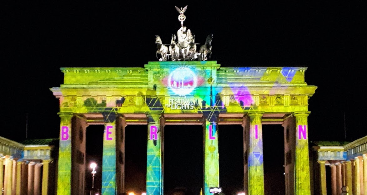 שער ברנדנבורג מואר בפסטיבל האורות
