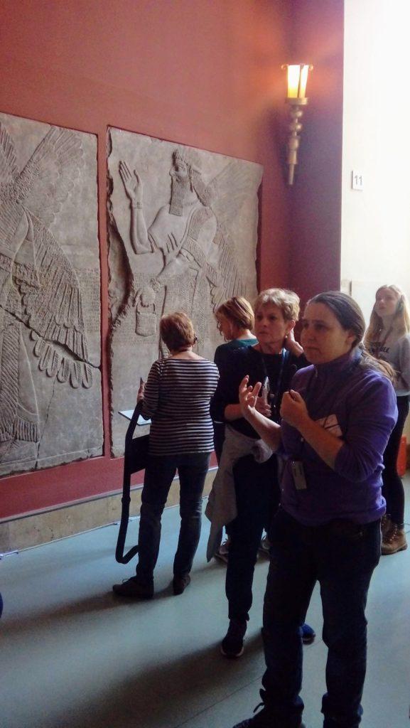 המדריכה תמר בברלין מדריכה בתוך מוזיאון הפרגמון